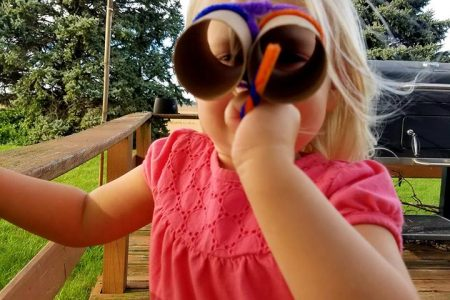 DIY binoculars for toddlers made with pipe cleaners and toilet paper rolls. a great way to reuse some toilet paper rolls instead of throwing them away.