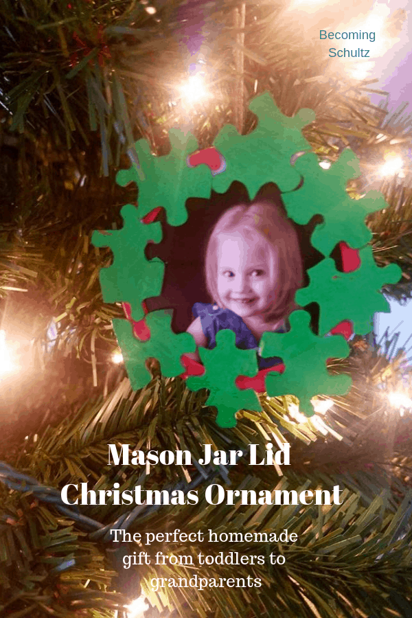 Mason jar lid made in to a Christmas ornament! The perfect toddler Christmas craft to make for DIY presents! Easy to make and reuse an old mason jar lid instead of it taking up space!